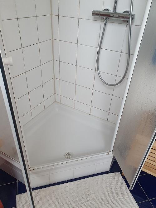 alte Dusche mit brausetasse und fliesen